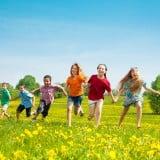 子供 遊ぶ 外  公園 草原