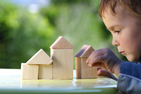 積み木 遊ぶ 子ども