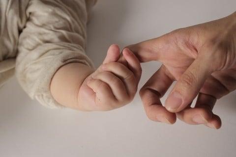 親子 指 手 握る
