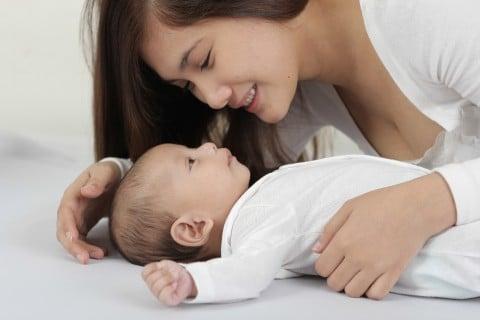 親子 ママ 赤ちゃん3か月 寝かしつけ 添い寝