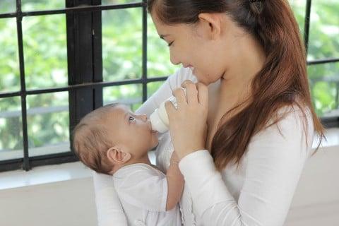 ママ 赤ちゃん新生児 ミルク 抱っこ