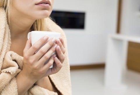 女性 寒気 毛布 コーヒー