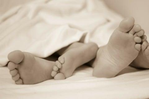 赤ちゃん 睡眠 安心 足
