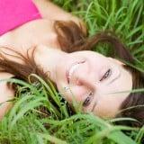 女性 リラックス 笑顔 草原