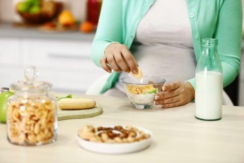 女性 バナナ ナッツ 牛乳 朝食 ごはん 食事