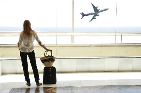 女性 旅行 飛行機 空港