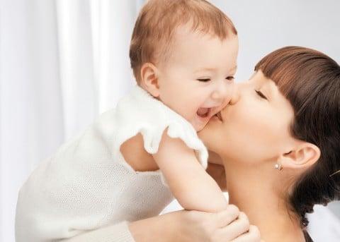 赤ちゃん ママ キス 子育て 家族