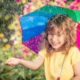 女の子 雨 子供 カラフル 傘 笑顔