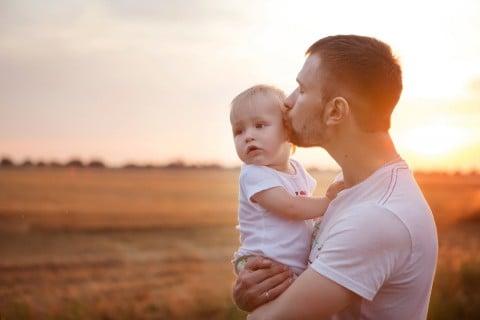 パパ 夕焼け 抱っこ 赤ちゃん