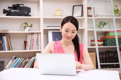 女性 パソコン 調べる インターネット