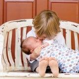 男の子4歳 赤ちゃん新生児 子守 抱っこ ベンチ