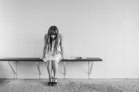 女性 悩む 考える 落ち込む 暗い