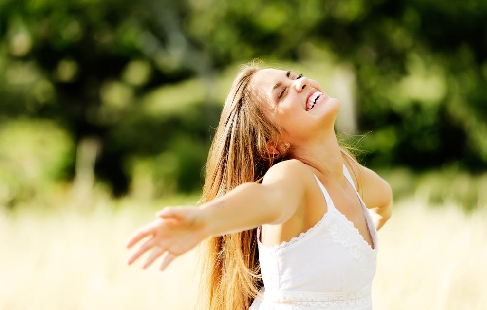 女性 笑顔 開放感 草原 自然