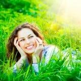 女性 笑顔 草原 解放感 穏やか
