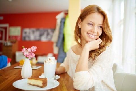 女性 笑顔 ティータイム 休憩 ケーキ