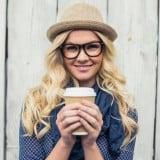 女性 コーヒー 笑顔