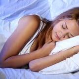 女性 寝る 布団 ベッド