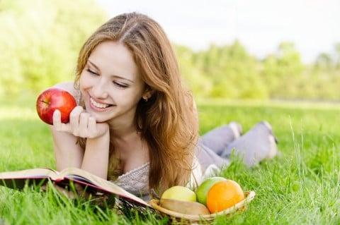 女性 公園 リンゴ 果物 食べる