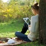 女性 公園 タブレット iPad