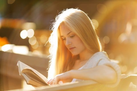 女性 落ち着く リラックス 読書 本