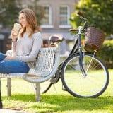 女性 コーヒー 自転車 公園