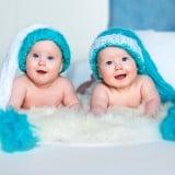 双子 赤ちゃん5か月 笑顔