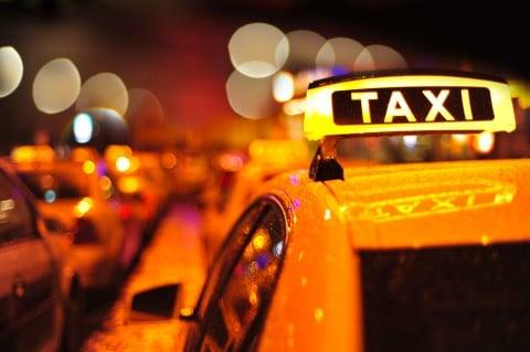 タクシー 夜 渋滞 道路