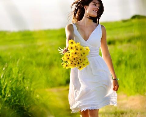 女性 散歩 花 楽しい 笑顔