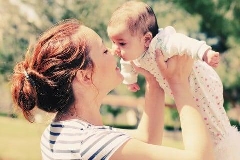 女性 赤ちゃん 新生児 笑顔