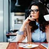 カフェ 考える 女性 コーヒー