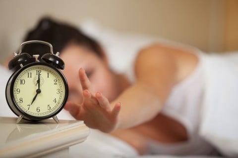 女性 朝 寝起き