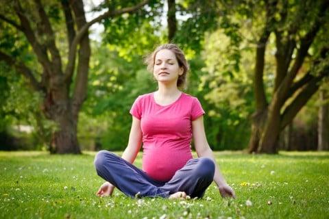 妊婦 マタニティヨガ 運動 公園 リラックス