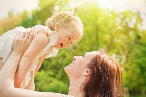 ママ 親子 1歳 子ども 笑顔 公園