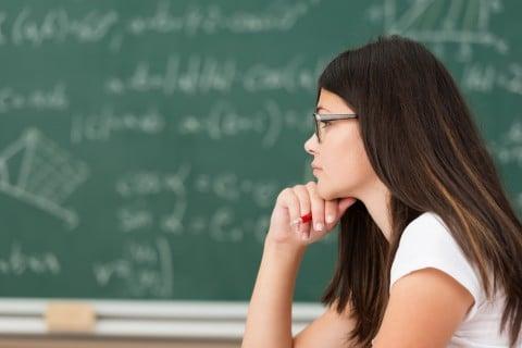 女性 考え事 勉強 眼鏡