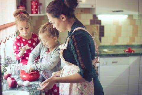 女性 家族 子供 料理 キッチン