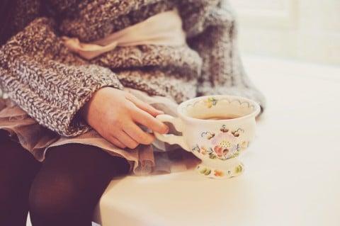 女性 カップ 飲み物 ドリンク お茶
