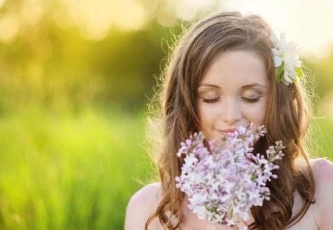 女性 花 リラックス 野原 草原
