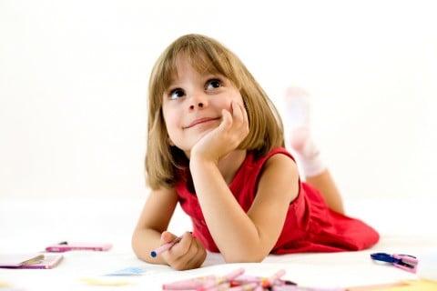 子供 女の子 お絵かき 床 クレヨン