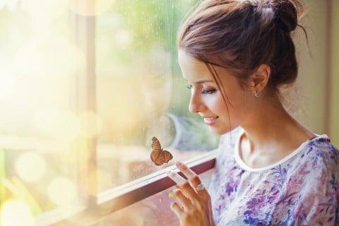 女性 笑顔 蝶 リラックス