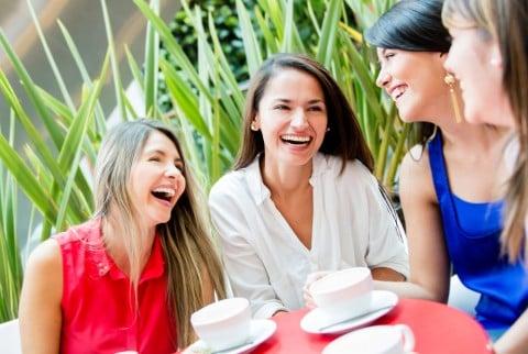 女性 カフェ 笑う 笑顔