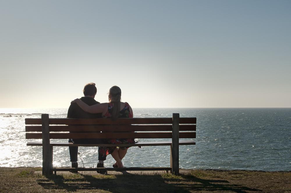 カップル ベンチ 海