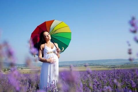 妊婦 臨月 ウォーキング 草原 パラソル リラックス