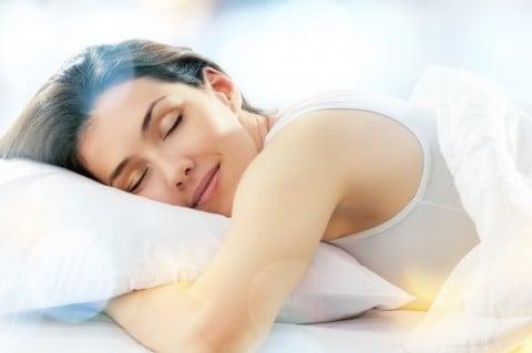 女性 睡眠 笑顔