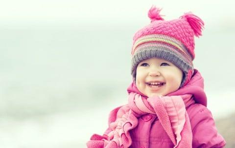 子供 笑顔 冬 雪