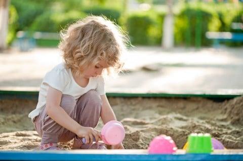 女の子2歳 子供 砂遊び 公園