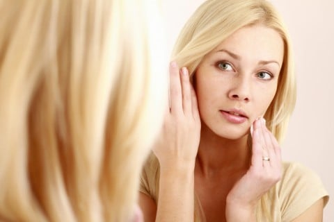女性 鏡 肌 顔