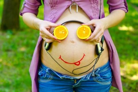 妊婦 お腹 ヘッドフォン 顔