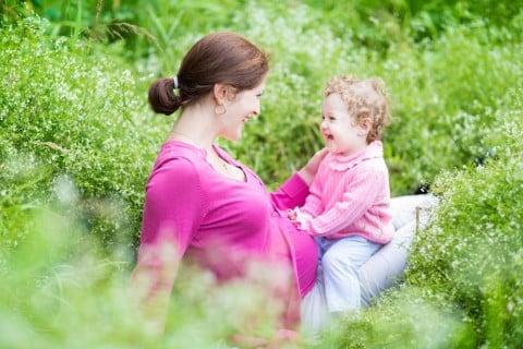 妊婦 ママ 女の子2歳 草原