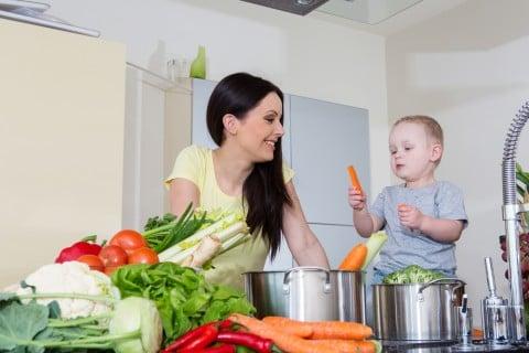女性 母親 赤ちゃん 食事 料理