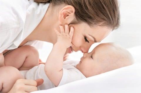 赤ちゃん 母親 ベッド 笑顔